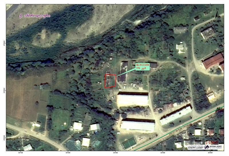 ქალაქ ამბროლაურში, ბრატისლავა-რაჭის ქუჩის N33-ის მიმდებარედ არსებული 576.00 კვ.მ. არასასოფლო-სამეურნეო დანიშნულების მიწის ნაკვეთი და მასზე არსებული N1 შენობა-ნაგებობა